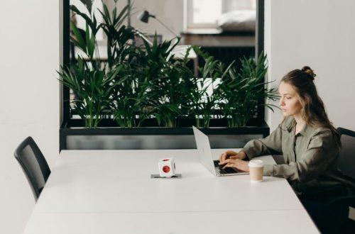 mujer y computador